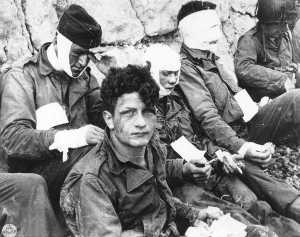 Omaha_Beach_wounded_soldiers,_1944-06-06_pe